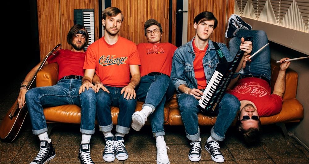 """Humorroka grupa """"Pirmais Kurss"""" izdod jaunu singlu """"Avansā"""""""